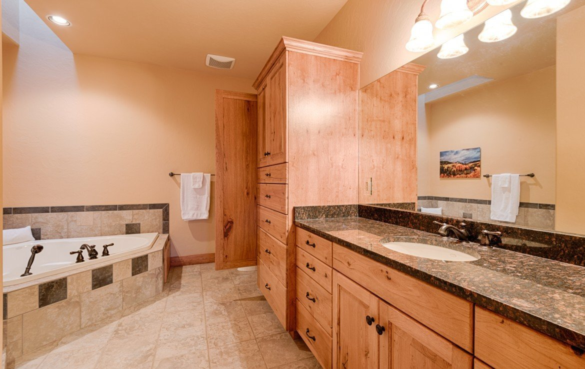 Master Bath with Jetted Tub - For Sale 68252 Tyler Ln Montrose Colorado 81403