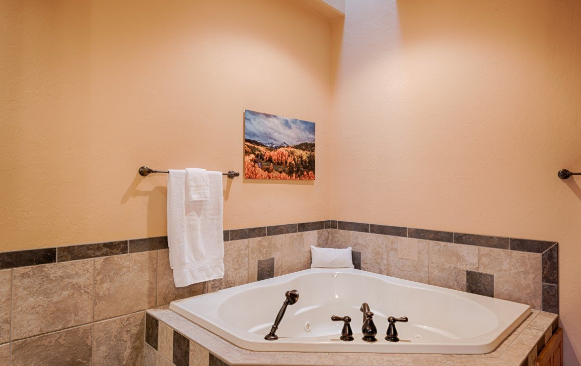 Master Bath Jetted Tub - For Sale 68252 Tyler Ln Montrose Colorado 81403