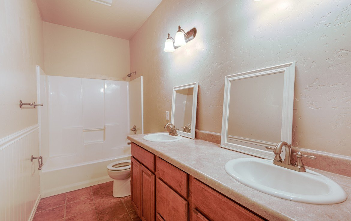 2nd Full Bath with Tile Flooring - 1828 Senate St Montrose, CO 81401 - Atha Team Real Estate