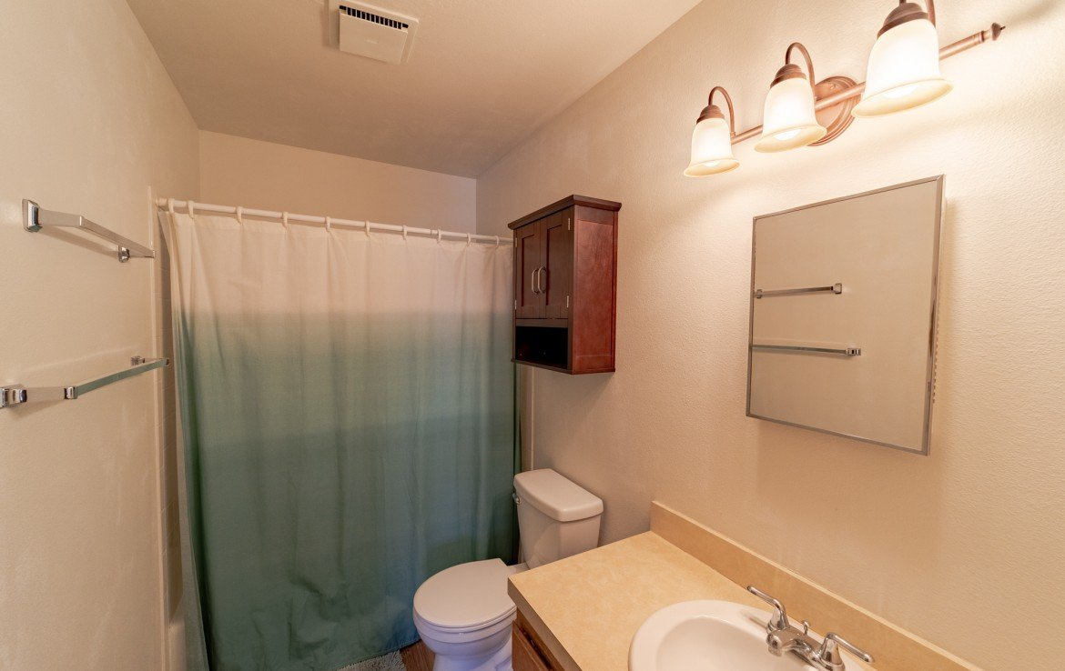 Full Bathroom- 535 S 11th St, Montrose, CO 81401 - For Sale – Atha Team Real Estate