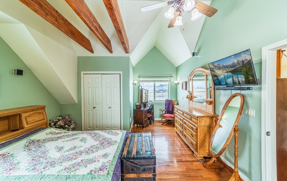 Bedroom with Vaulted Ceilings - 68057 Sunnyside Rd - Atha Team Realty Agents