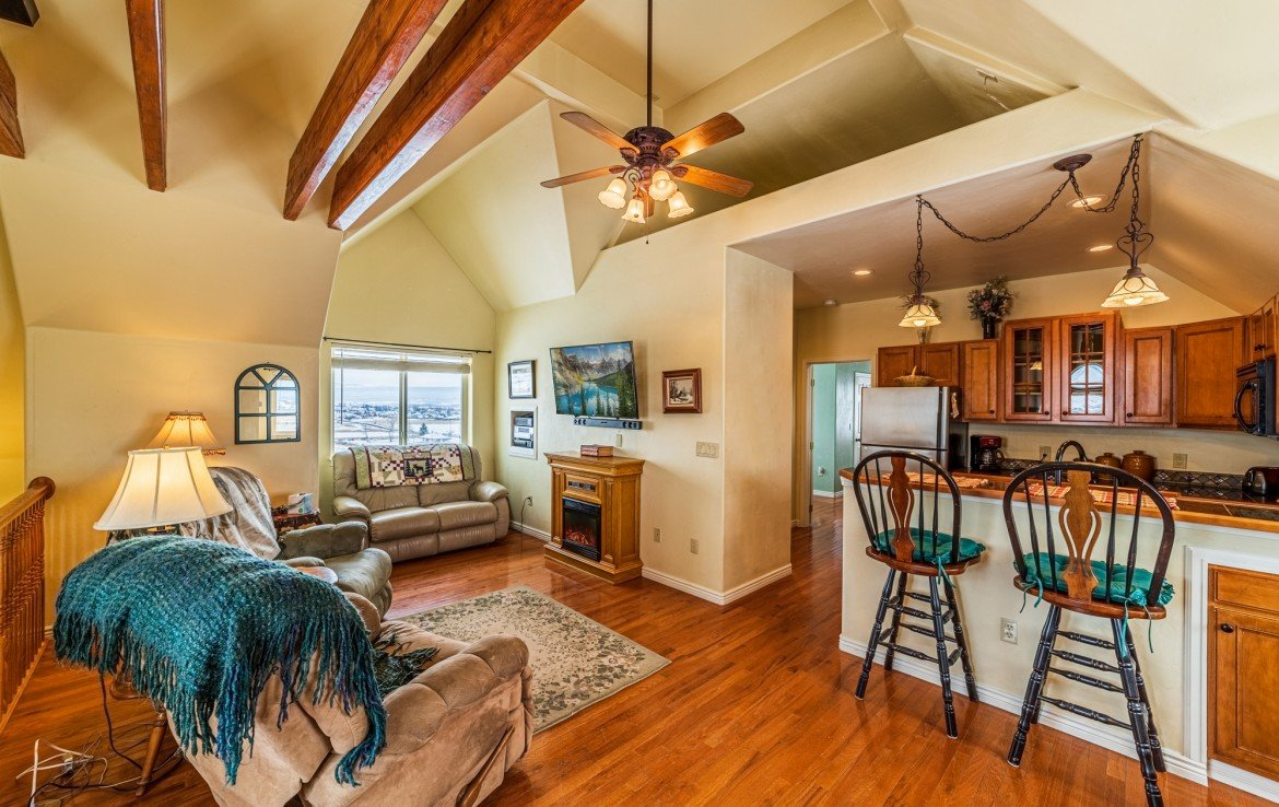 Living Room with Ceiling Fan - 68057 Sunnyside Rd - Atha Team Realty Agents