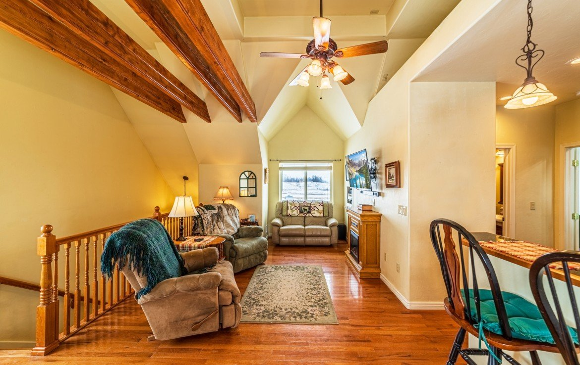 Living Room with Vaulted Ceiling - 68057 Sunnyside Rd - Atha Team Realty Agents