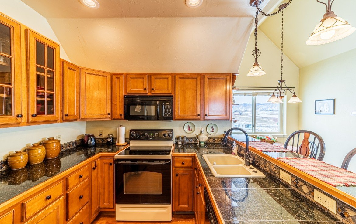 Kitchen with Appliances and Hardwood Flooring - 68057 Sunnyside Rd - Atha Team Realty Agents