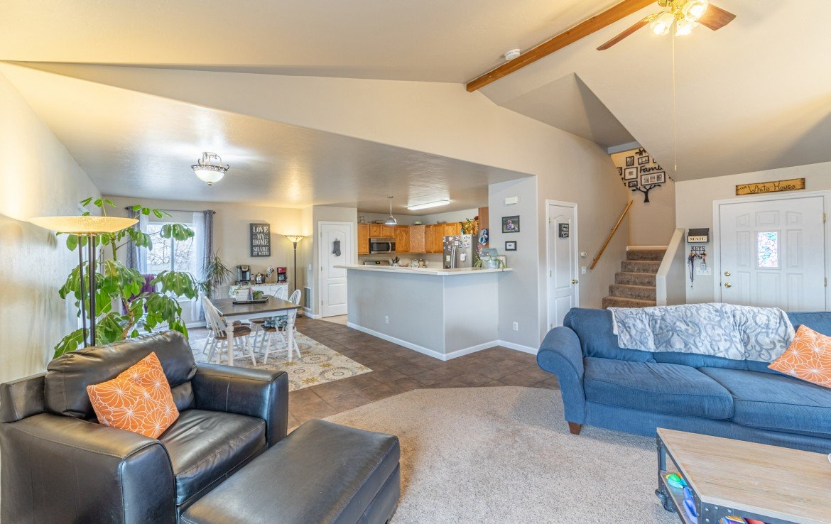 Vaulted Ceiling in Living Room - Atha Team Realty Agents at Keller Williams