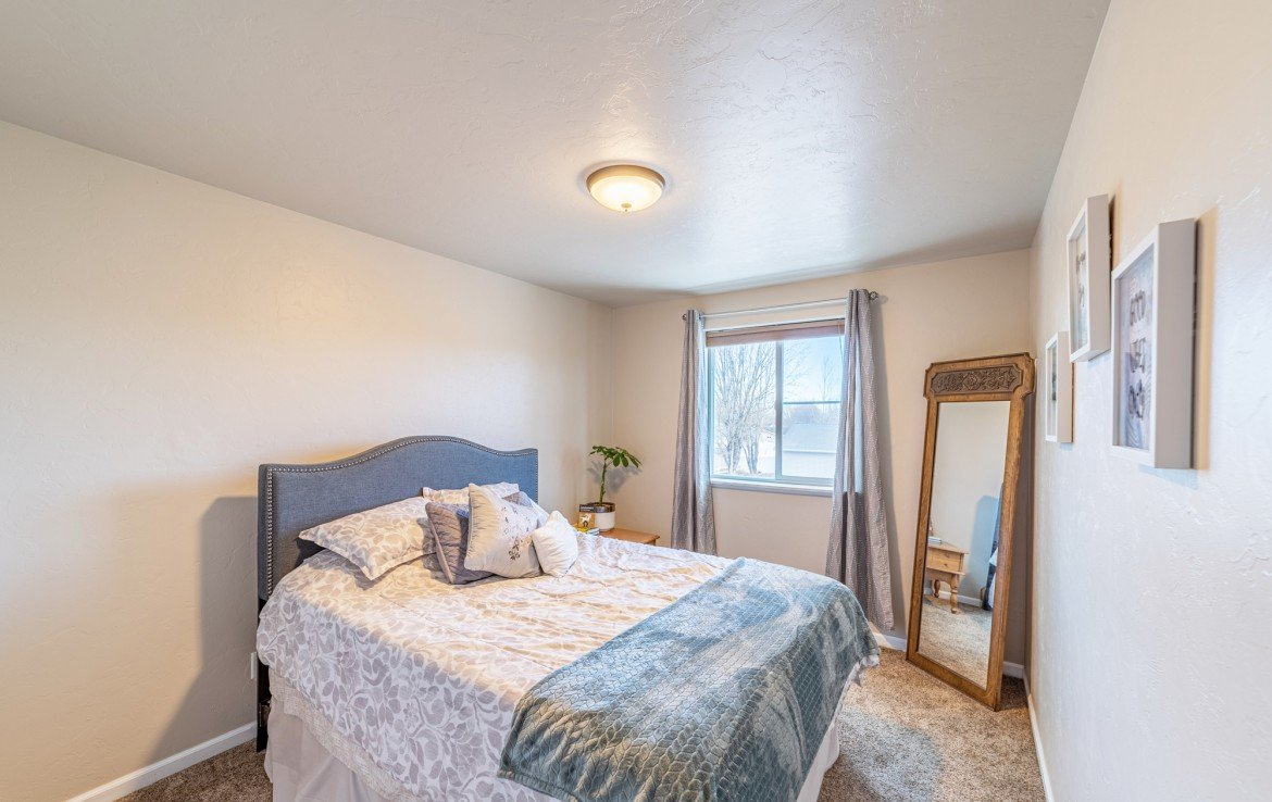 Upstairs Bedroom with Carpet - 1100 Hemlock Way Montrose - Atha Team Realty Agents at Keller Williams