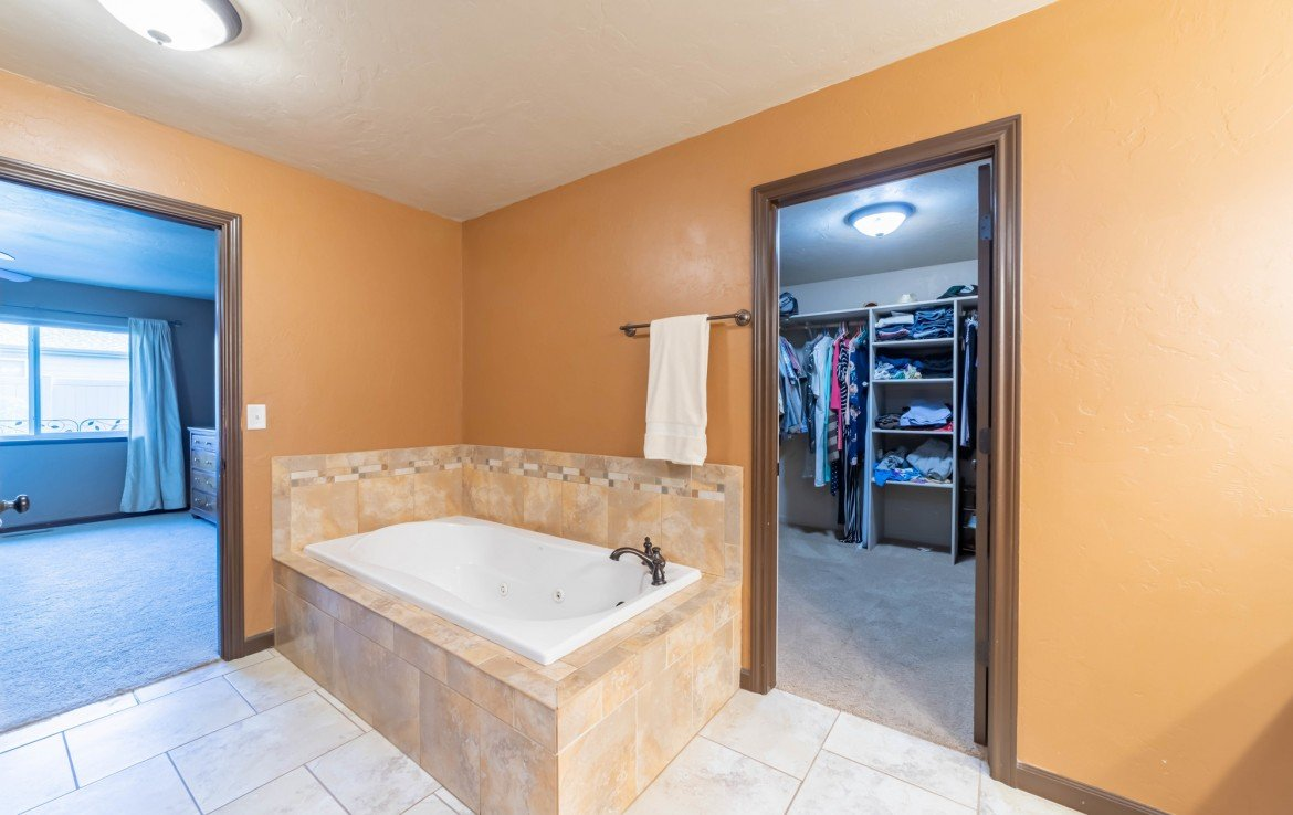 Master Bathroom with Jetted Tub - 1300 Gold Creek Montrose, CO 81403 - Atha Team Property for Sale