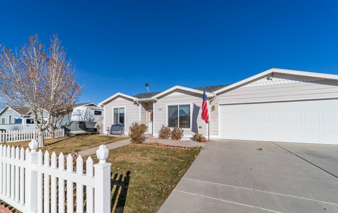 Front Picket Fence - 1732 Pioneer Circle Delta, CO 81416 - Atha Team Real Estate
