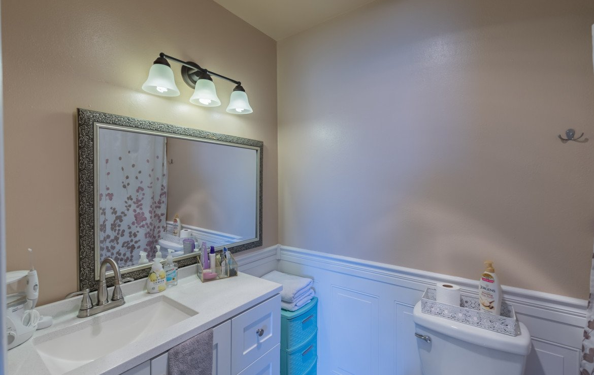 Guest Bathroom - 1639 6422 Rd Montrose, CO - Atha Team Real Estate Listing