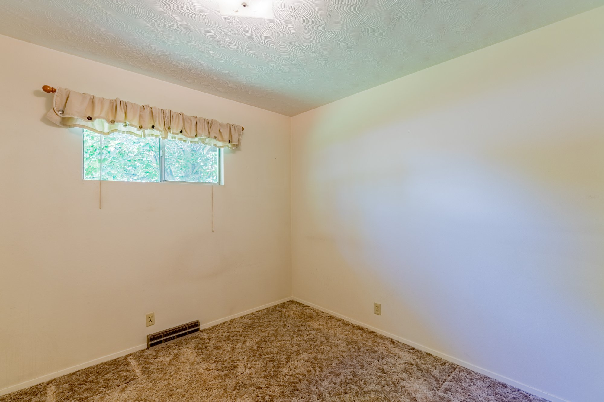 Small bedroom with window - 418 6400 Rd Montrose, CO 81403 - Atha Team Realty