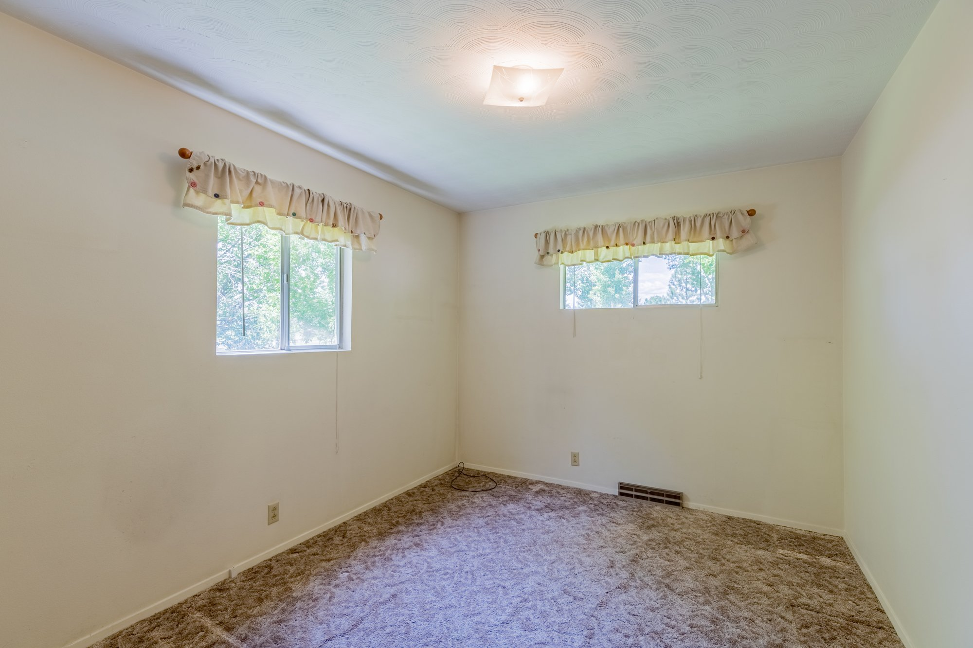 Large bedroom with 2 Windows - 418 6400 Rd Montrose, CO 81403 - Atha Team Realty