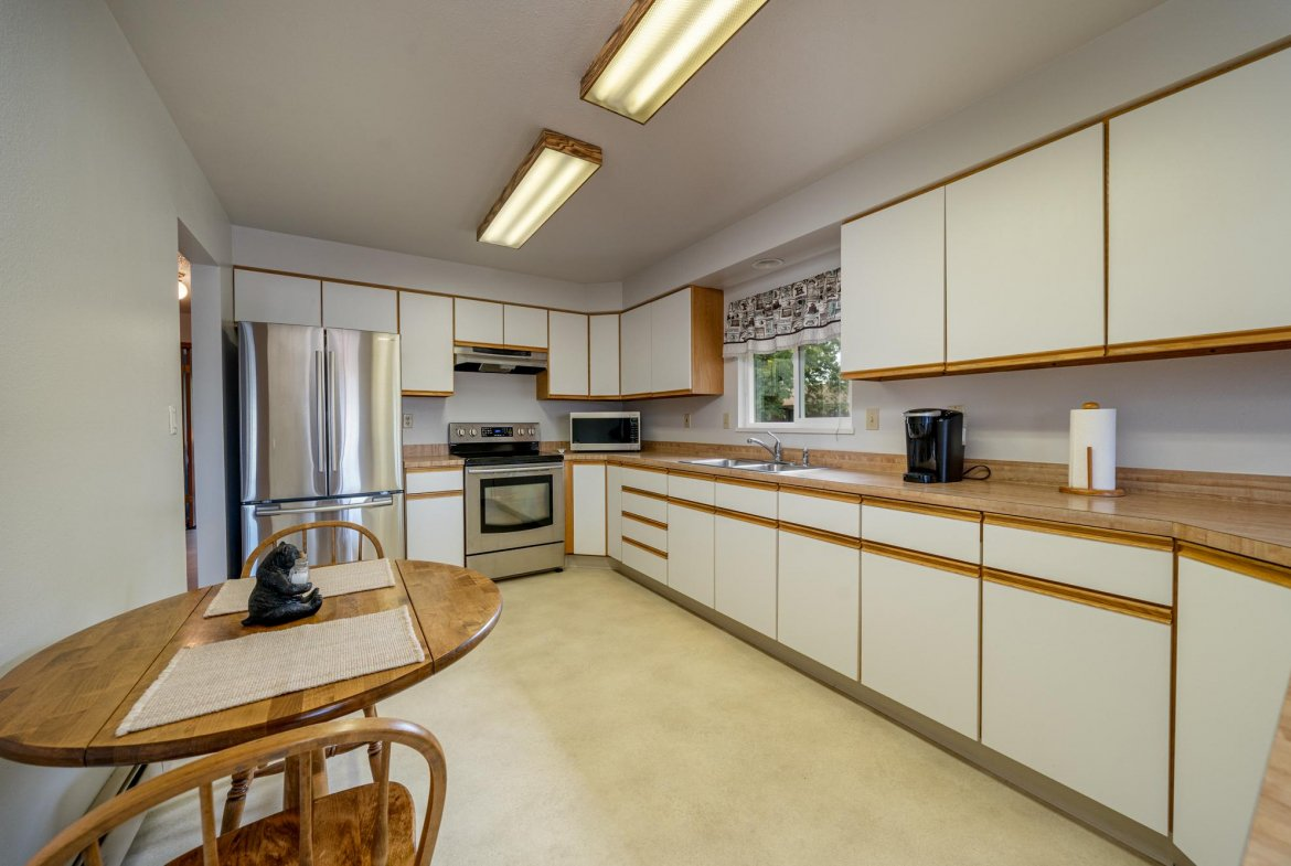 Kitchen with Vinyl Flooring - 1311 Manchester Dr Montrose, CO 81401 - Atha Team Realty Agents