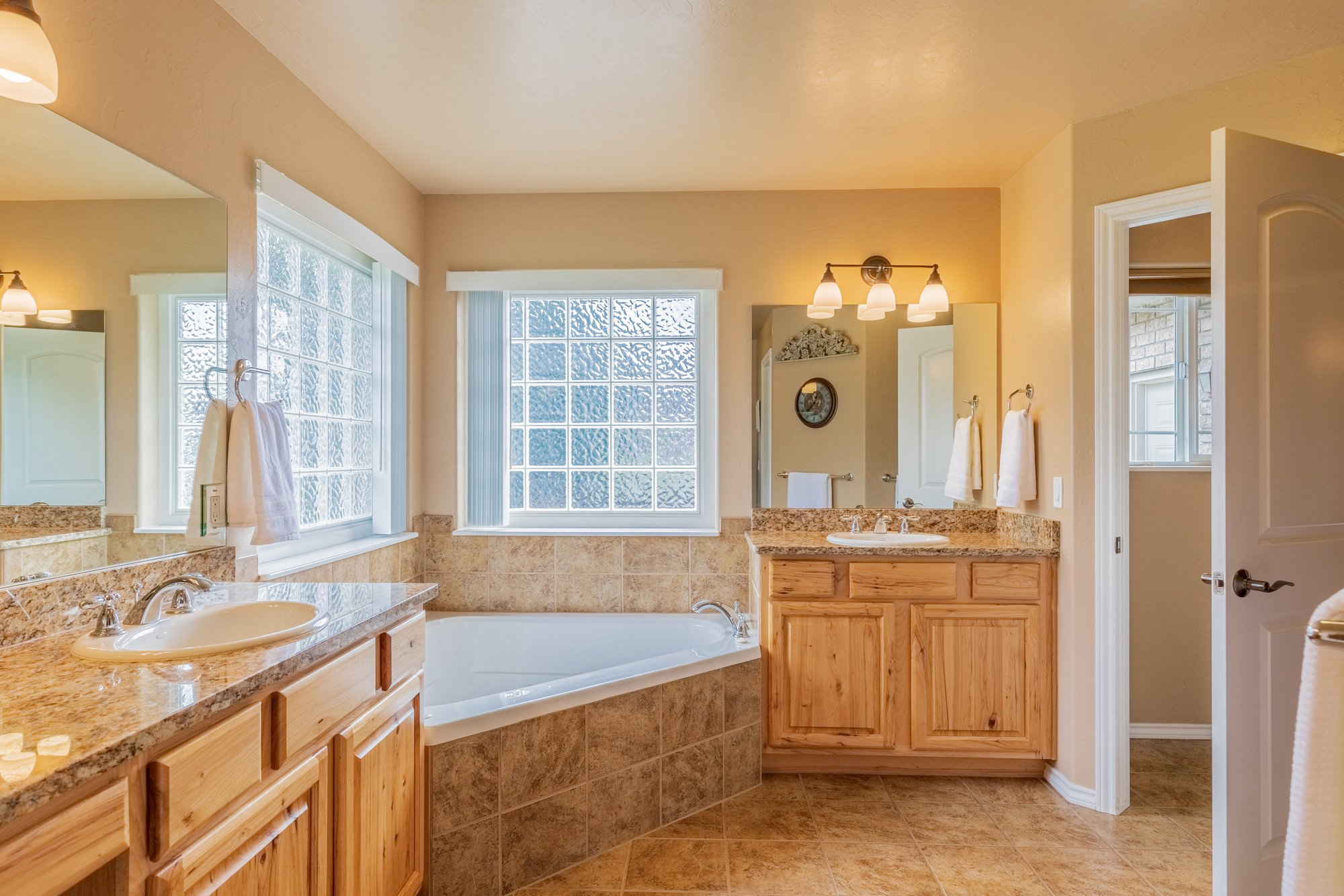 Main Bathroom with Dual Vanities - 2941 Ivy Dr Montrose, CO 81401 - Atha Team Real Estate